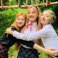 """TWICEサナ、ジヒョ、チェヨンが""""驚異の美脚SHOT""""を公開! 「黄"""