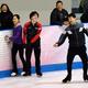 ステファン・ランビエールコーチ(右手前)の指導に笑顔を見せる宇野昌磨(中央)。左は宮原知子