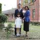 映画『ママ、ごはんまだ?』のワンシーンで一青妙・窈姉妹の父親役を演じた呉朋奉さん。母親役を河合美智子さんが演じた。(映画『ママ、ごはんまだ?』のシーンより)