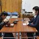 「取り調べ」を受けた後、カツ丼を食べる兼子光輝さん(左)。右は警察官役の女性=2019年12月22日、福島県猪苗代町