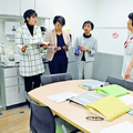 (写真)支援センター「なごみ」の施設内を見学する(左から)西