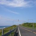 日本海沿いを走るオロロンライン(Yobito KAYANUMA撮影、Wikimed