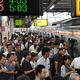 この日の始発となる都心方面への中央線に乗り込む人たち。行き先は「東京」だが、倒木の影響で御茶ノ水駅までの運行になるとアナウンスがあった=2019年9月9日午前7時25分、JR三鷹駅、仙波理撮影