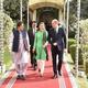 パキスタン首都イスラマバードの首相府で、イムラン・カーン首相(左)と面会する英国のウィリアム王子(右)と妻のキャサリン妃(中央、2019年10月15日撮影)。(c)STR/AFP