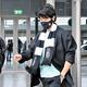 ギリシャの空港に到着後、さっそくPAOKのグッズを身に着けていた香川。(C) REUTERS/AFLO