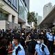 香港の西九龍裁判所の前で、国家転覆罪で起訴された民主派47人の初出廷に合わせて集まった支持者ら(2021年3月1日撮影)。(c)Anthony WALLACE / AFP