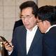 韓国の李洛淵首相(左)と青瓦台の金尚祖・政策室長(右)が今月2日午前、青瓦台で開かれた国務会議の開始前に話をしている。[写真 青瓦台写真記者団]