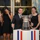 女子テニスの国別対抗戦フェドカップを制したフランス代表の選手をエリゼ宮に招待し、トロフィーの前でポーズを取る同国のエマニュエル・マクロン大統領(中央、2019年11月12日撮影)。(c)ludovic MARIN / AFP