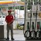 原油価格は下落、弱い経済指標受け 中東情勢の緊張が下支え
