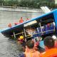 中国・貴州省安順市で7日、貯水池に転落した路線バスと、救出活動を続けた消防隊員ら=中国共産党機関紙・人民日報の中国版ツイッター「微博」の公式アカウントから