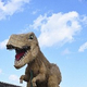 子供の背丈をはるかに超す巨大なティラノサウルスのわらアート=仙台市若林区で、神内亜実撮影