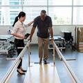 女性理学療法士のケアは、リハビリセンターで脳卒中の犠牲者を助