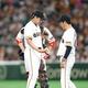 <交流戦 巨・ソ>2回無死、和田に四球を与えた菅野(左)は早々と降板となる (撮影・西川祐介)