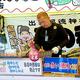朝市の露店で、鉄板の手入れをする大富重徳さん=5日、愛知県