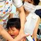 予防接種を受ける子ども=2020年6月17日午前11時28分、東京都府中市、熊井洋美撮影