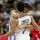 抱き合って歓喜するアルゼンチンとカンパッゾとラプロビットーラ(AP)