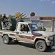 トルコとの国境に接するシリア北部タルアブヤドの南方で、トラックの荷台に乗る、トルコ軍の支援を受けるシリア人戦闘員(2019年10月18日撮影)。(c)AFP=時事/AFPBB News