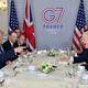 仏南西部ビアリッツで会談に臨むドナルド・トランプ米大統領(左から2番目)とボリス・ジョンソン英首相(右から2番目、2019年8月25日)。(c)AFP=時事/AFPBB News
