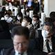 新型肺炎の感染防止のためにマスクを着けて飛行機の搭乗を待つ客たち=2月17日、東京・羽田空港