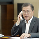 韓国の文在寅大統領が8日午後、青瓦台与民館(執務室)小会議室でエストニアのケルスティ・カリユライド大統領と電話会談をしている。[写真 青瓦台]