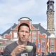 ベルギーの都市・シント=トロイデンの街中にあるカフェでくつろぐ。バックにあるのは世界遺産となっている市庁舎