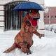 スペインで記録的な大雪「ティラノサウルス」も珍しい光景に大興奮