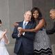国立アフリカ系米国人歴史文化博物館の開館式でジョージ・W・ブッシュ元米大統領を抱きしめるミシェル・オバマ夫人=2016年9月/David Hume Kennerly/Archive Photos/Getty Images
