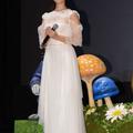 白の女王さながらの真っ白なドレスで登場した深田恭子