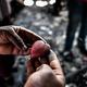 ハイチ首都ポルトープランスで、火事で焼けた工芸品の残骸を片付けるカリビアン工芸の工房で働く従業員ら(2019年10月2日撮影)。(c)CHANDAN KHANNA / AFP