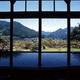 池の山荘 温泉館きらら / 大浴場は広々としていて、ガラス越しに望む里山の景色がこれまた美しい