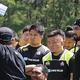 真剣な表情でコーチ陣の話を聞くNO・8姫野和樹(左)、右はPR山本幸輝=宮崎