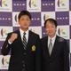 巨人から育成5位指名された駒大の前田研輝捕手(左)。内田強スカウトから指名あいさつを受ける