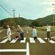"""散歩仲間との""""田舎のアビイ・ロード""""写真が話題…反響に「サインの練習しとこかー」"""