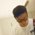 本誌の直撃に、深々と頭を下げる入江慎也。最初は歯切れがよかっ