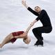 フィギュアスケートのペア選手として活躍したジョン・コフリン氏(右、2013年11月15日撮影、資料写真)。(c)KENZO TRIBOUILLARD / AFP