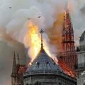 パリの観光名所ノートルダム大聖堂から立ち上る炎と煙(2019年4