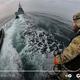 小型ボートからイギリス海軍の巡視船へと移動するジェットスーツのテスト飛行