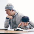 在宅勤務する父と一緒にいる息子
