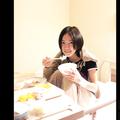 ベッドの上で笑顔を見せる松井珠理奈  - 画像はGoogle+ページの