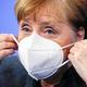 ベルリンの首相官邸で19日、新型コロナ対策の記者会見を終えてマスクを着けるメルケル首相=ロイター