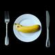 エリザベス女王がフォークとナイフでバナナを食べる意外な理由とは