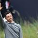 男子ゴルフ米国ツアーメジャー第4戦、第148回全英オープン2日目。観客に手を振りながら18番を後にするロリー・マキロイ(2019年7月19日撮影)。(c) Glyn KIRK / AFP