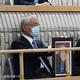 志村けんさんの名誉市民選定顕彰式で、あいさつし、「アイーン」を披露する志村さんの兄・知之さん(撮影・佐藤成)
