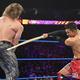 ケンドリック(左)を竹刀で攻撃する戸澤 (C)2019 WWE,Inc.All Rights Reserved.