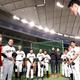 練習前、選手を激励した長嶋茂雄巨人軍終身名誉監督(左)にあいさつする秋広優人(右)(球団提供)