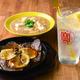 薄切りレモンステーキ(1080円、手前)、レモンの果肉を入れた塩麻婆ベースのレモンの麻婆豆腐(756円、奥)、定番レモンサワー(540円)と好相性/酒場檸檬