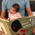 娘に読み聞かせをする筆者