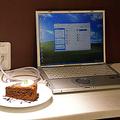 ケーキを食べながらネットを楽しめる.