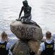 人魚姫像に「人種差別主義的な魚」と落書き デンマークの名所