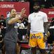 米プロバスケットボール(NBA)、ロサンゼルス・レイカーズのレブロン・ジェームズ(右)と言葉を交わすクリーブランド・キャバリアーズのティロン・ルーHC(当時、2018年7月15日撮影、資料写真)。(c) Ethan Miller/Getty Images/AFP
